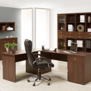 Pracovna Madelin s prostorným stolem